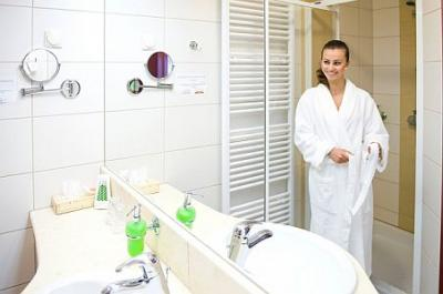 Airport Hotel Budapest 4* beautiful bathroom - Airport Hotel Budapest**** - Discount hotel with free transport from the airport