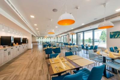 Akademia Hotel Balatonfured panoramisch restaurant met delicatessen - Akadémia Wellness Hotel**** Balatonfured - Speciaal wellnesshotel met arrangementen voor halfpension