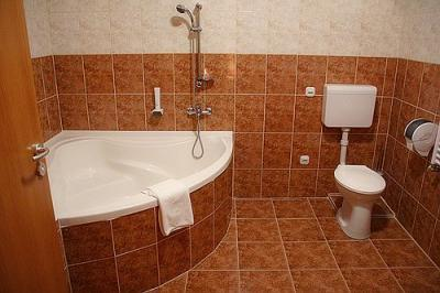 Bathroom with corner bath in Canada Hotel Budapest - cheap accomodation close to the M5 highway - Canada Hotel Budapest - 3-star Canada Hotel Budapest on the Soroksari road at introductory price