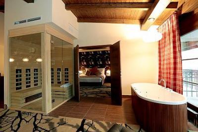 Suite de luxe avec jacuzzi et cabine de sauna dans la for Recherche hotel avec jacuzzi dans la chambre