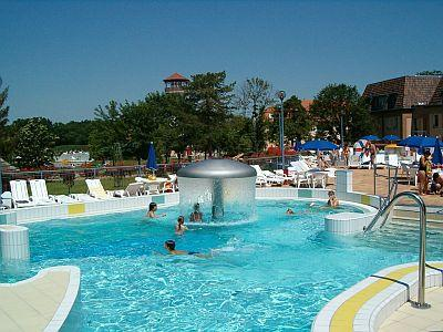Adventure bath of Gyoparosfurdo with indoor and outdoor pools and big park - wellness weekend - Alföld Gyöngye Hotel*** Orosháza - Cheap accommodation with half board and spa tickets in Oroshaza