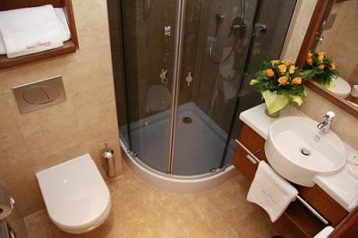 Stanza da bagno con doccia al the three corners bristol hotel nei pressi della stazione - Bagni per alberghi ...