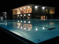 Wellnessweekend in Zsambek, Hongarije - Espa Bio and Art Hotel**** - buitenzwembad bij avondlicht