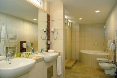 stanza da bagno con vasca dangolo nella suite del wellness hotel gyula
