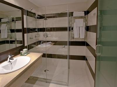 Salle de bain l gante l 39 h tel aquaworld resort budapest for Salle de bain hotel 5 etoiles