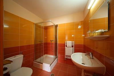 bagno con doccia allhotel six inn hotel a budapest vicino al centro shopping west end