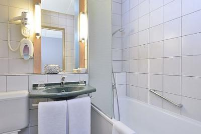 Bathroom in Hotel Ibis Budapest Citysouth*** - Ibis Budapest Citysouth*** - Discounted Ibis Hotel near to the Airport