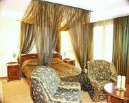 Elegant and romantic room with canopy bed of Duna Relax Event Wellness Hotel in Rackeve