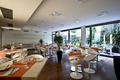 Elegante y moderno restaurante en design hotel lanchid 19 for Lanchid 19 design hotel