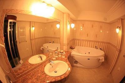 Chambre d 39 h tel au centre de debrecen l 39 h tel obester for Recherche hotel avec jacuzzi dans la chambre