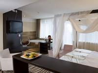Luxury room with canopy bed, jacuzzi and panoramic view in Hotel Ozon