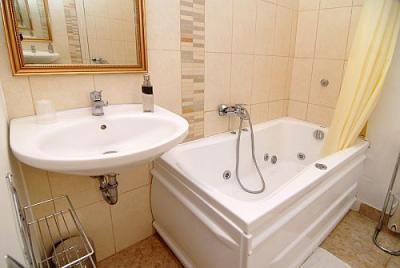 Cuarto de ba o con jacuzzi en los apartamentos de la hotel for Banos con jacuzzi