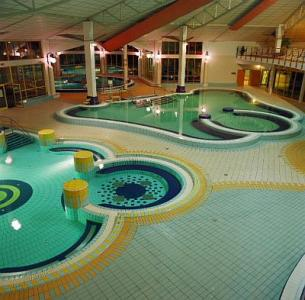 H tel park inn sarvar piscine int rieure week end bien for Piscine bien etre