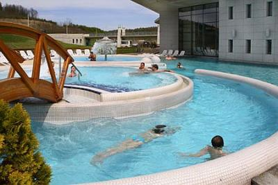 Saliris Spa Thermal and Wellness Hotelの巨大な屋外プール - Saliris Resort Spa Thermal Hotel Egerszalok**** - Egerszalokにある温泉ウェルネスホテル
