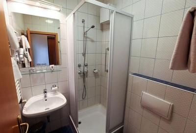 Private bathroom in Hotel Sissi in the 9th district of Budapest - Sissi Hotel Budapest - discount hotel in the centre of Budapest